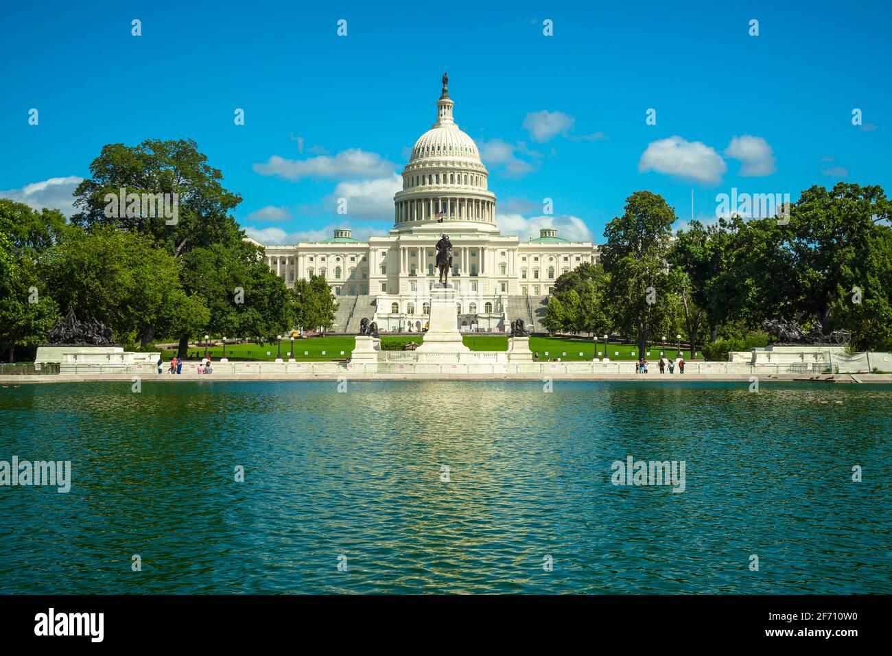 Le bâtiment du Capitole des États-Unis et les arbres se reflètent dans la piscine du Capitole lors d'une journée d'été ensoleillée à Washington, D.C. Banque D'Images