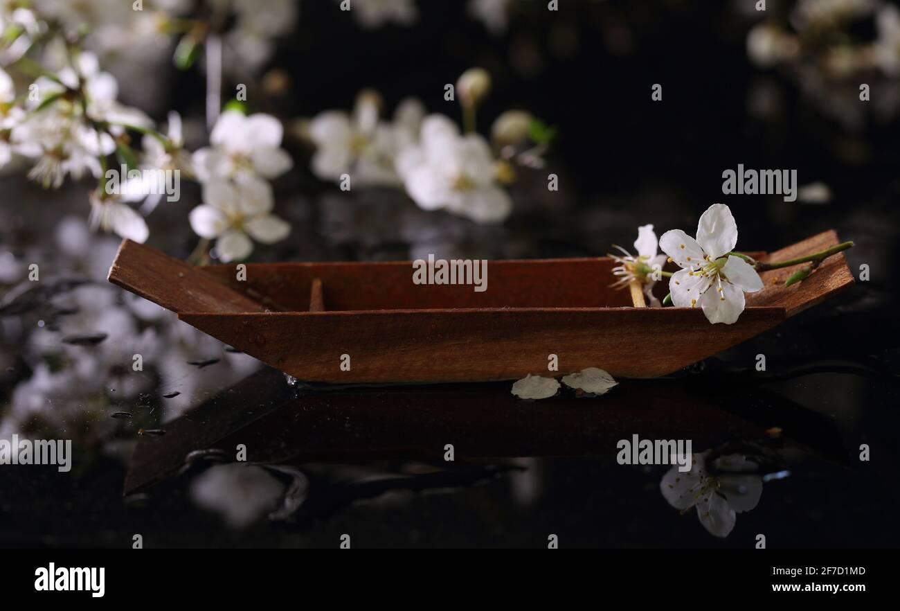 Encore la vie avec le bateau décoratif en bois Banque D'Images