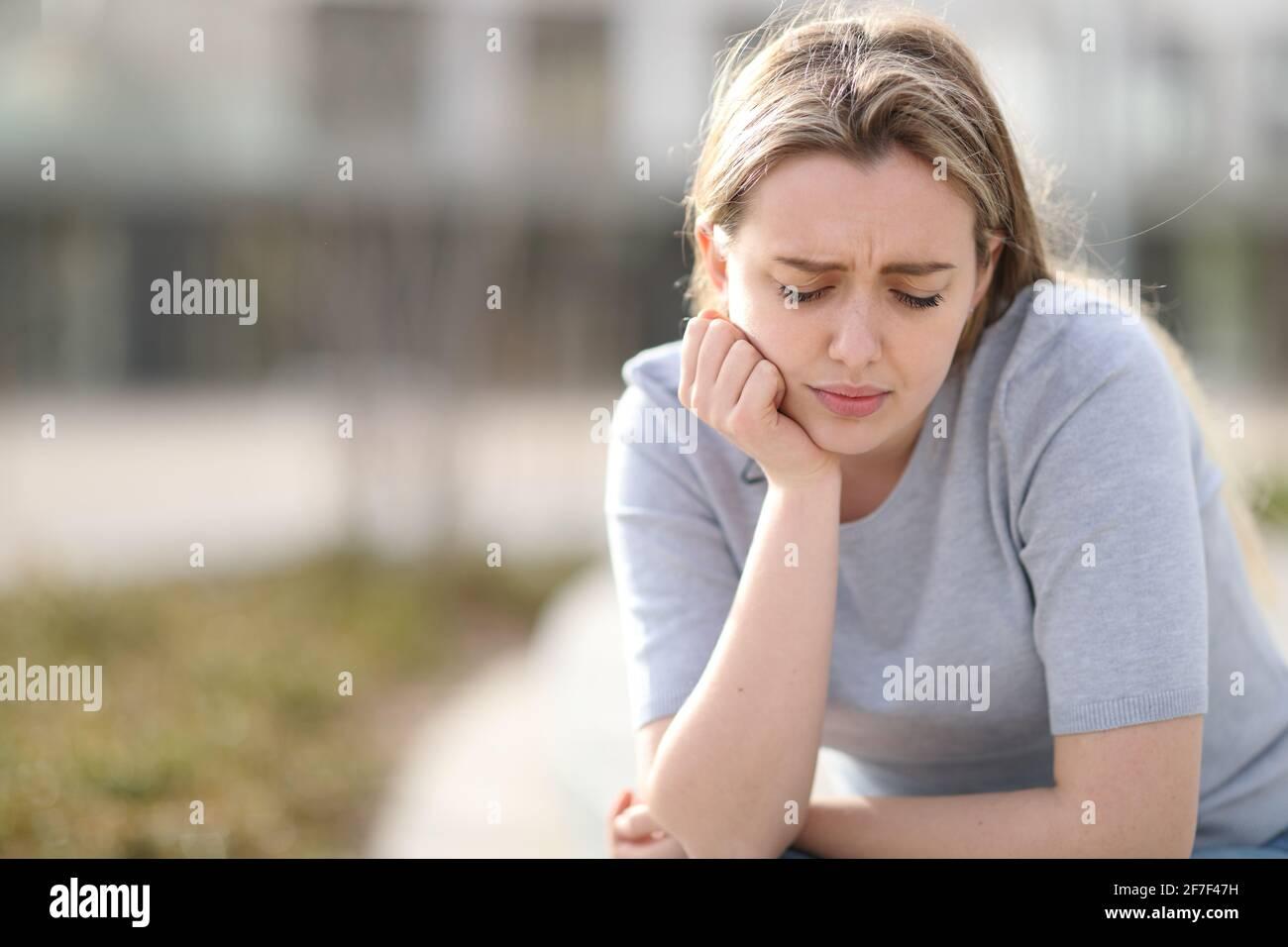 Triste adolescent se plaignant de regarder seul dans la rue Banque D'Images