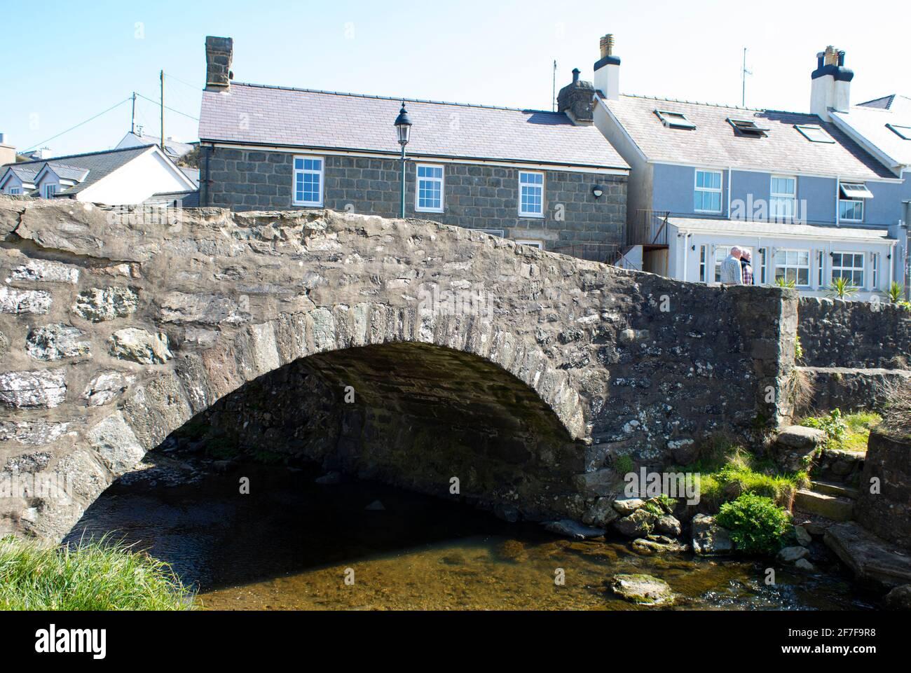 Pont en pierre, Aberdaron, pays de Galles. Paysage vue à angle bas de la traversée de la rivière dans ce charmant village gallois de bord de mer. Banque D'Images