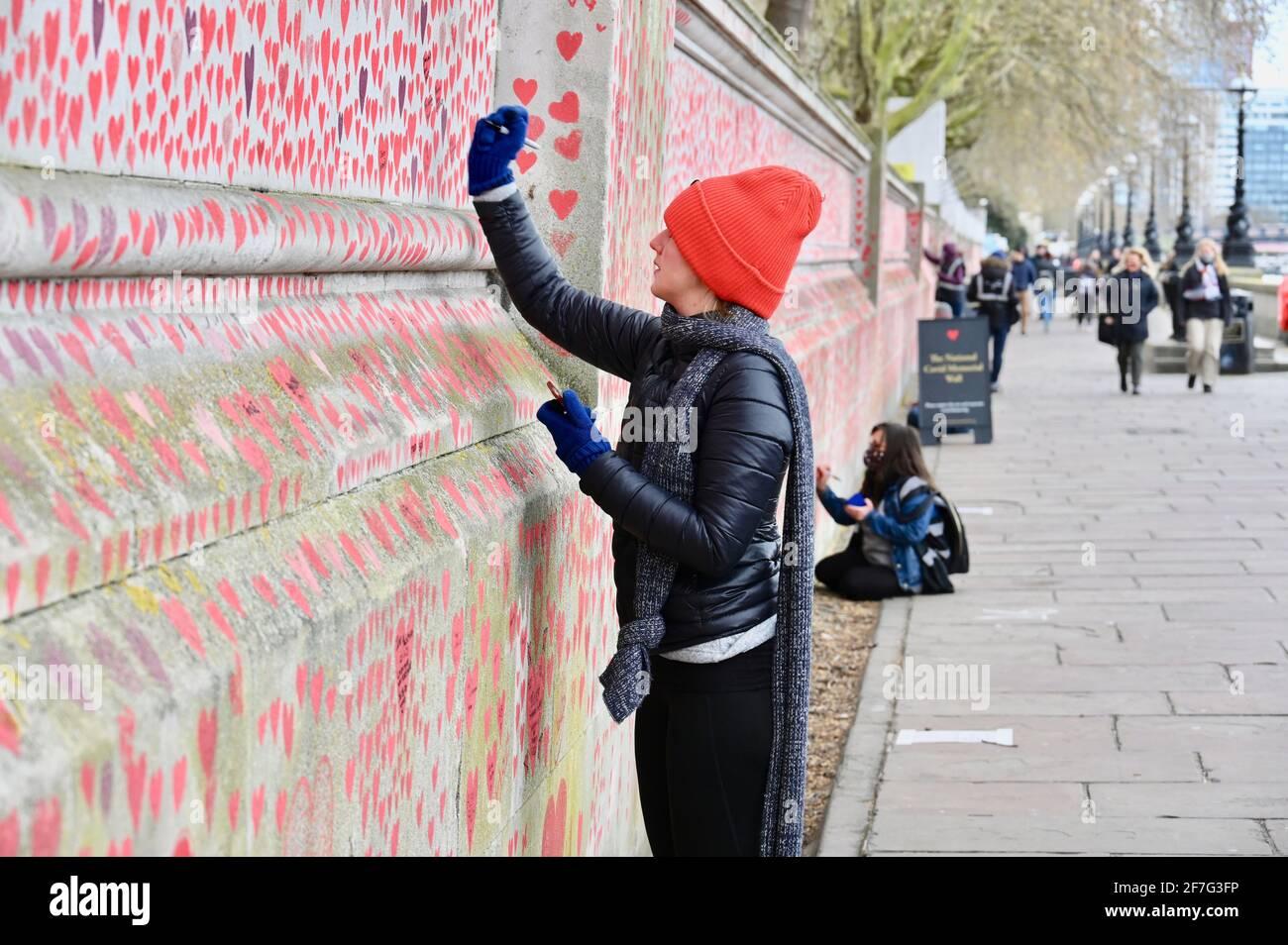 Londres. ROYAUME-UNI. Des coeurs continuent d'être ajoutés au mur commémoratif national du Covid à l'hôpital St. Thomas de Westminster, à la mémoire de ceux qui sont morts du coronavirus pendant la pandémie. Banque D'Images
