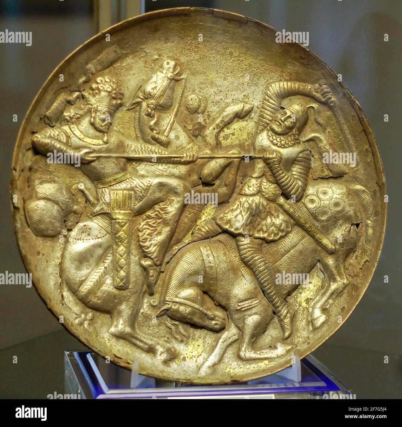 Plat en argent sasanien plaqué or représentant le roi combattant un adversaire, musée de Tabriz, Iran. Banque D'Images