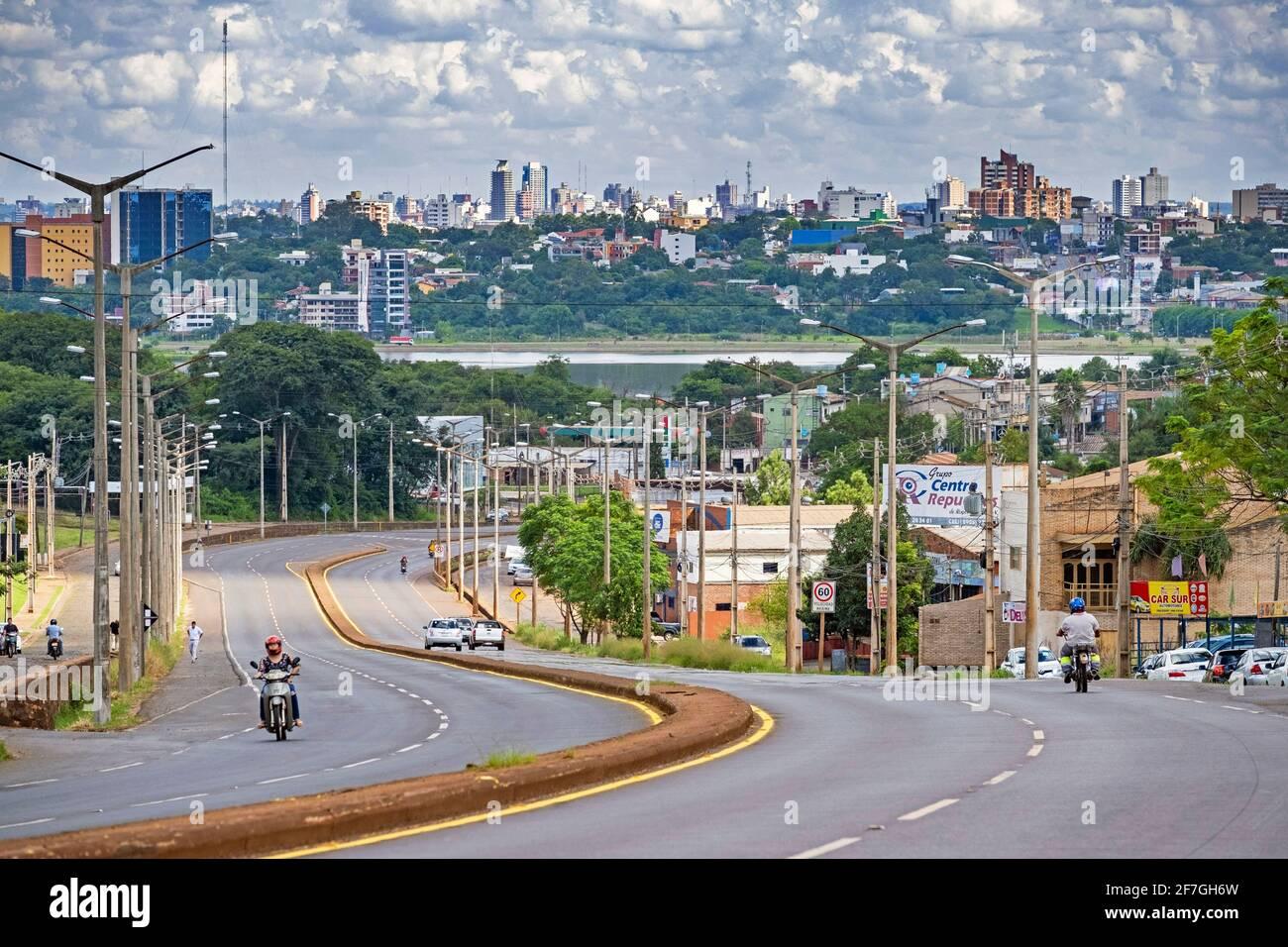 Vue sur la ville Encarnacion et la rivière Parana / Río Paraná, Itapua, Paraguay Banque D'Images