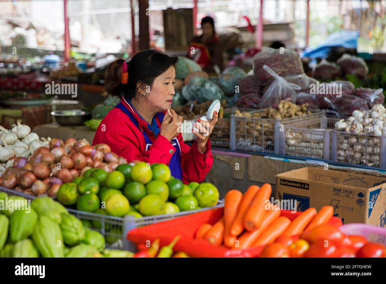 Laotienne vend des légumes sur le marché alimentaire du village Pak Beng, Oudomxay, Laos Banque D'Images