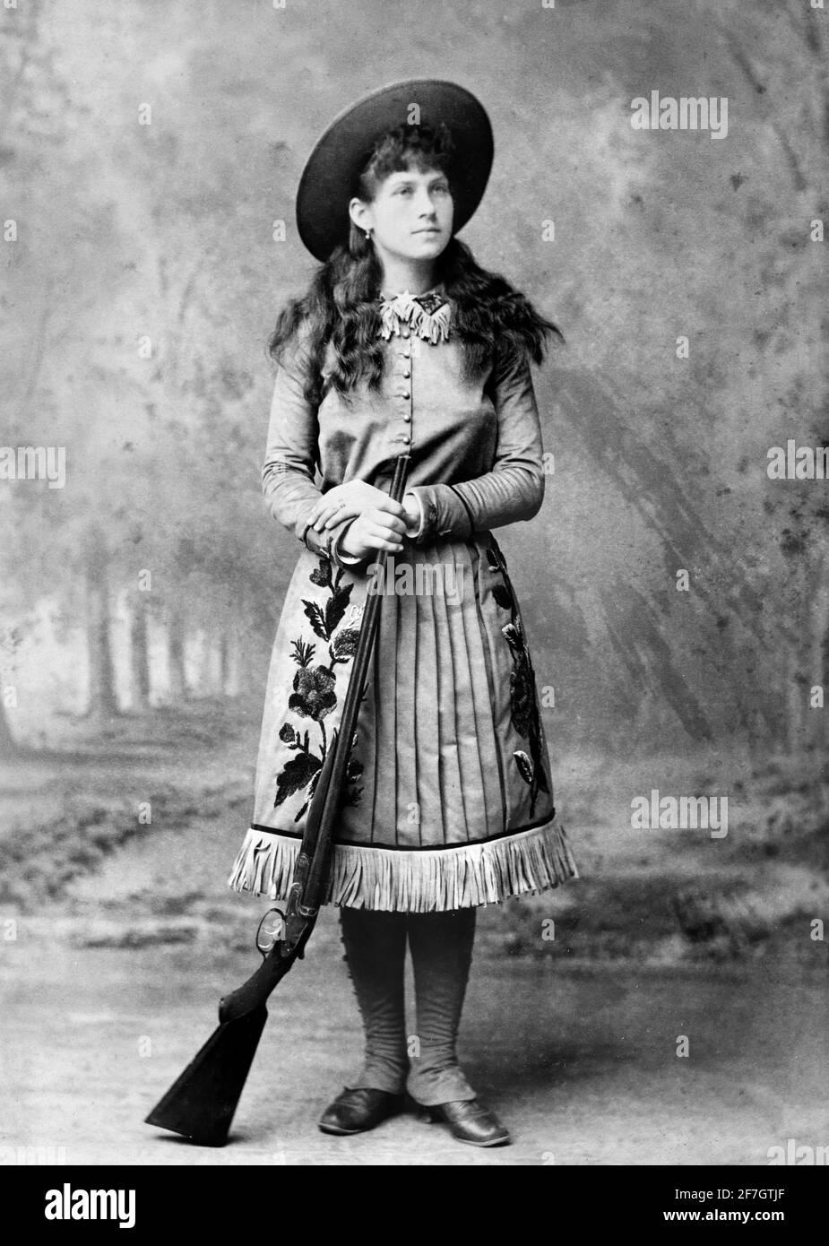 Annie Oakley. Portrait du célèbre sharpshooter américain, Annie Oakley (n. Phoebe Ann Mosey, 1860-1926) . Photo de John Wood, c. 1885 Banque D'Images