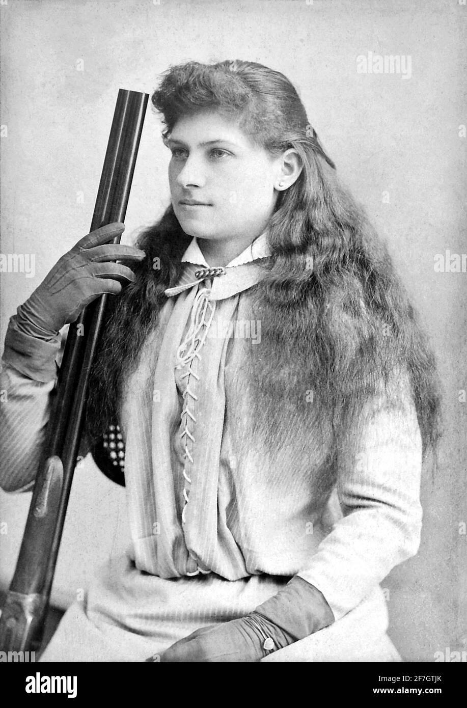 Annie Oakley. Portrait du célèbre sharpshooter américain, Annie Oakley (n. Phoebe Ann Mosey, 1860-1926) , c. 1880. Banque D'Images