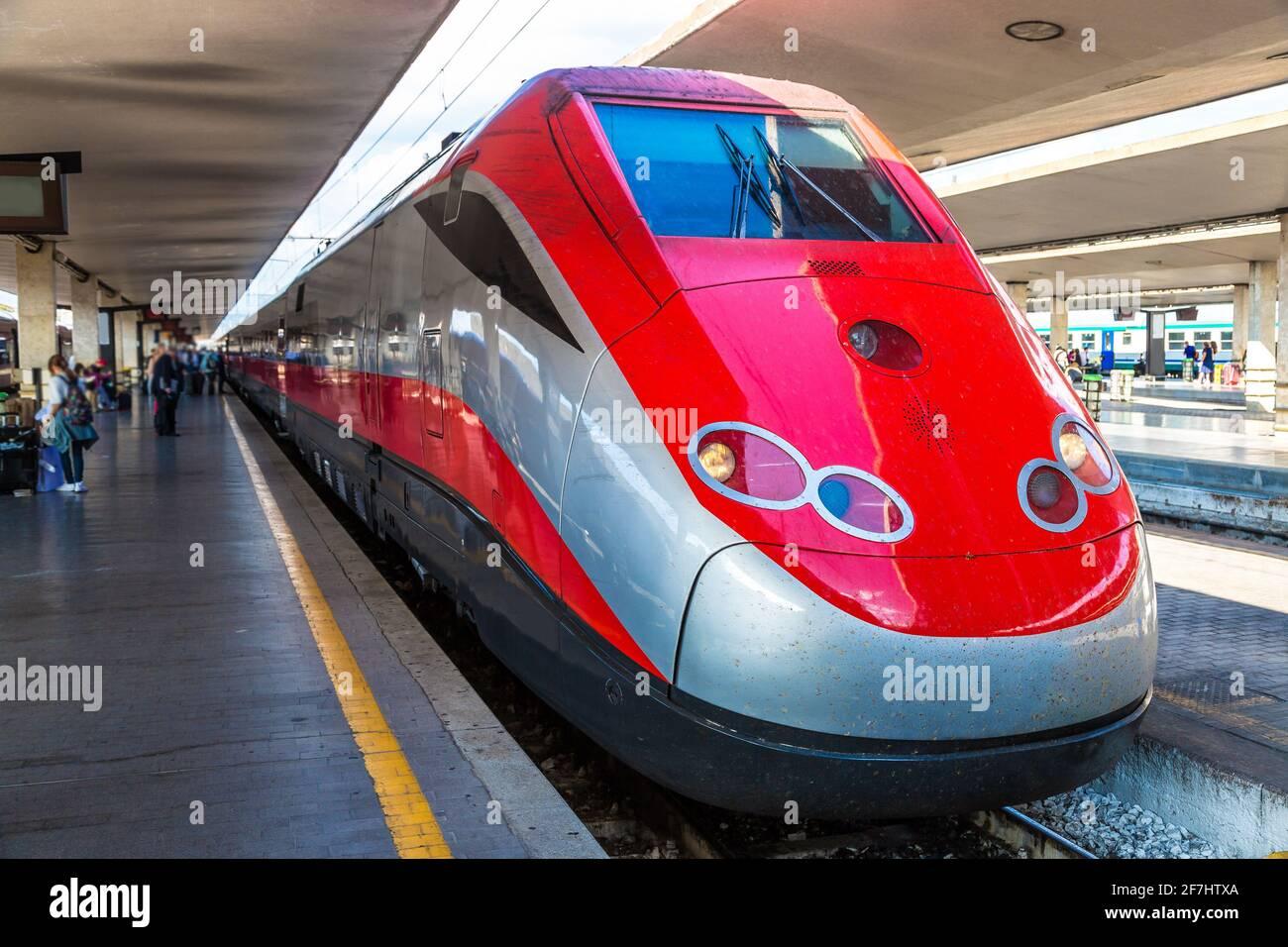 Train moderne à la gare Santa Maria Novella de Florence en Italie Banque D'Images