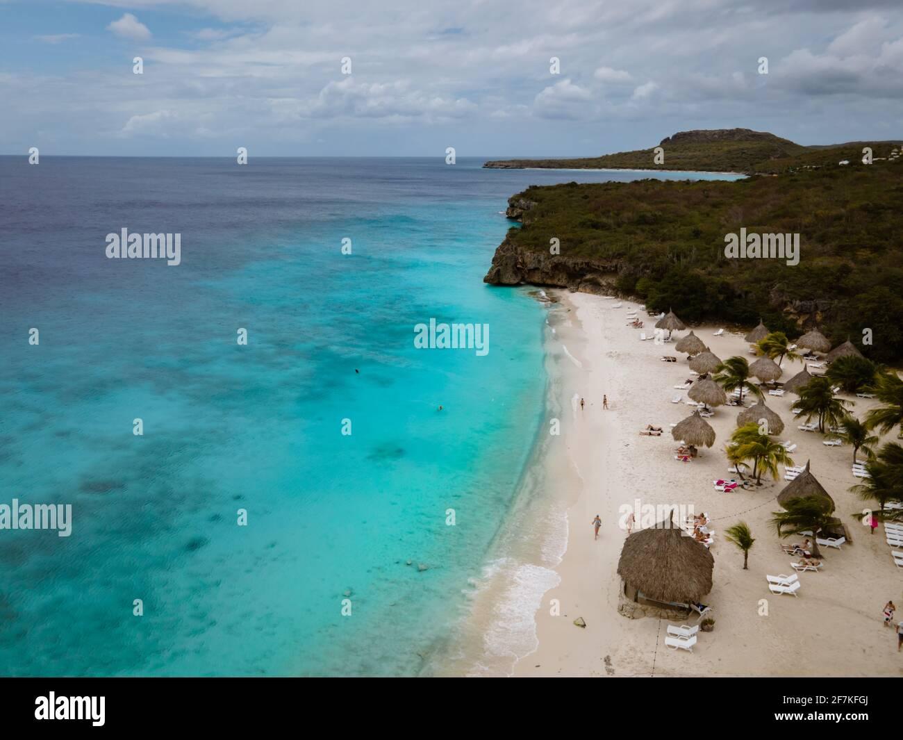 Vue aérienne de la côte de Curaçao dans la mer des Caraïbes avec eau turquoise, plage de sable blanc, et magnifique récif de corail à Playa cas Abao Curaçao Banque D'Images