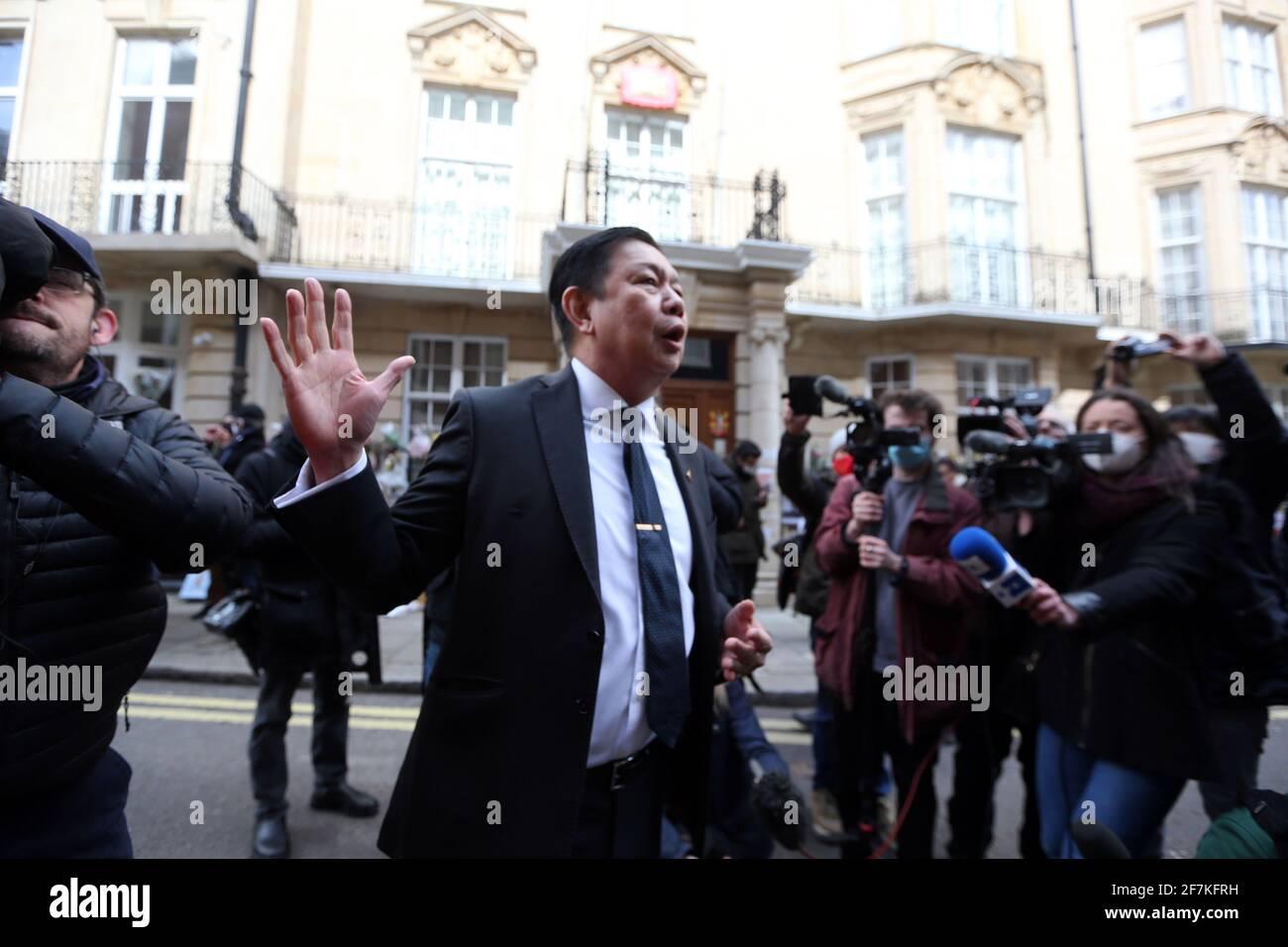 Londres, Angleterre, Royaume-Uni. 8 avril 2021. L'ambassadeur du Myanmar au Royaume-Uni, Kyaw Zwar min, est vu à l'extérieur de l'ambassade du Myanmar (Birmanie) à Londres. Hier, lui et certains membres du personnel ont été enfermés de sa propre ambassade par l'attaché militaire qui a pris le contrôle des terres. Credit: Tayfun Salci/ZUMA Wire/Alay Live News Banque D'Images