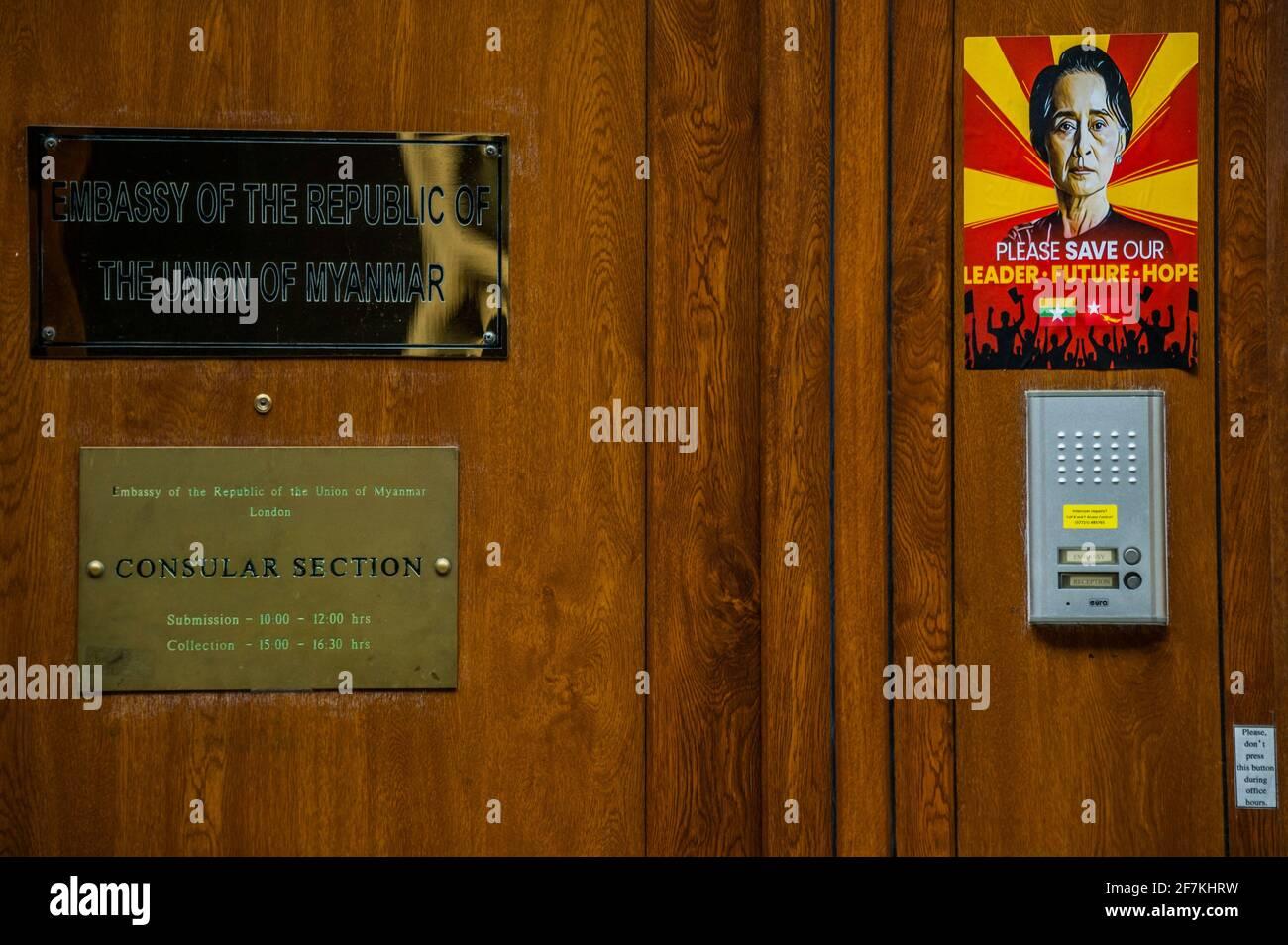 Londres, Royaume-Uni. 8 avril 2021. Les manifestants se sont mis au défi après que l'ambassadeur Kyaw Zwar Minn (qui a rompu les rangs le mois dernier avec la junte militaire de son pays) ait été refusé l'accès à l'ambassade à Mayfair, Londres. Les manifestants exigent également que l'armée birmane/birmane rétablisse le gouvernement démocratique après leur coup d'État et appellent le gouvernement britannique à l'aide. Crédit : Guy Bell/Alay Live News Banque D'Images