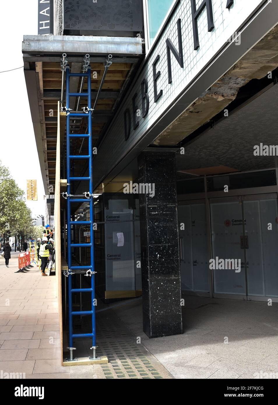 Oxford Street, Londres, Royaume-Uni. 8 avril 2021. L'ancien magasin phare de Debenhams sur Oxford Street est monté à bord. Crédit : Matthew Chattle/Alay Live News Banque D'Images