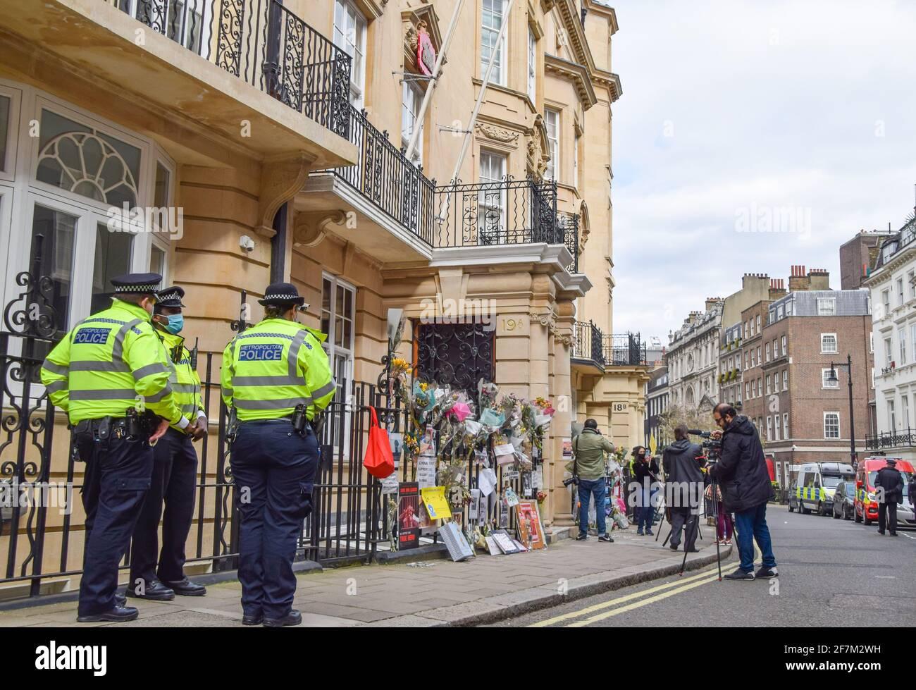 Londres, Royaume-Uni. 8 avril 2021. Garde de garde à l'extérieur de l'ambassade du Myanmar à Mayfair. L'ambassadeur du Myanmar au Royaume-Uni, Kyaw Zwar Minn, a été enfermé de l'ambassade, qu'il a décrit comme un « coup d'État ». Credit: Vuk Valcic/Alamy Live News Banque D'Images