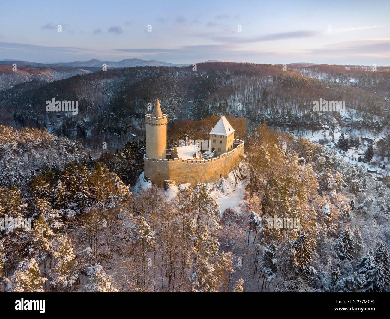 Vue aérienne du château médiéval de Kokorin dans le parc national de Kokorinsko à proximité de Prague en République tchèque, en Europe. Banque D'Images