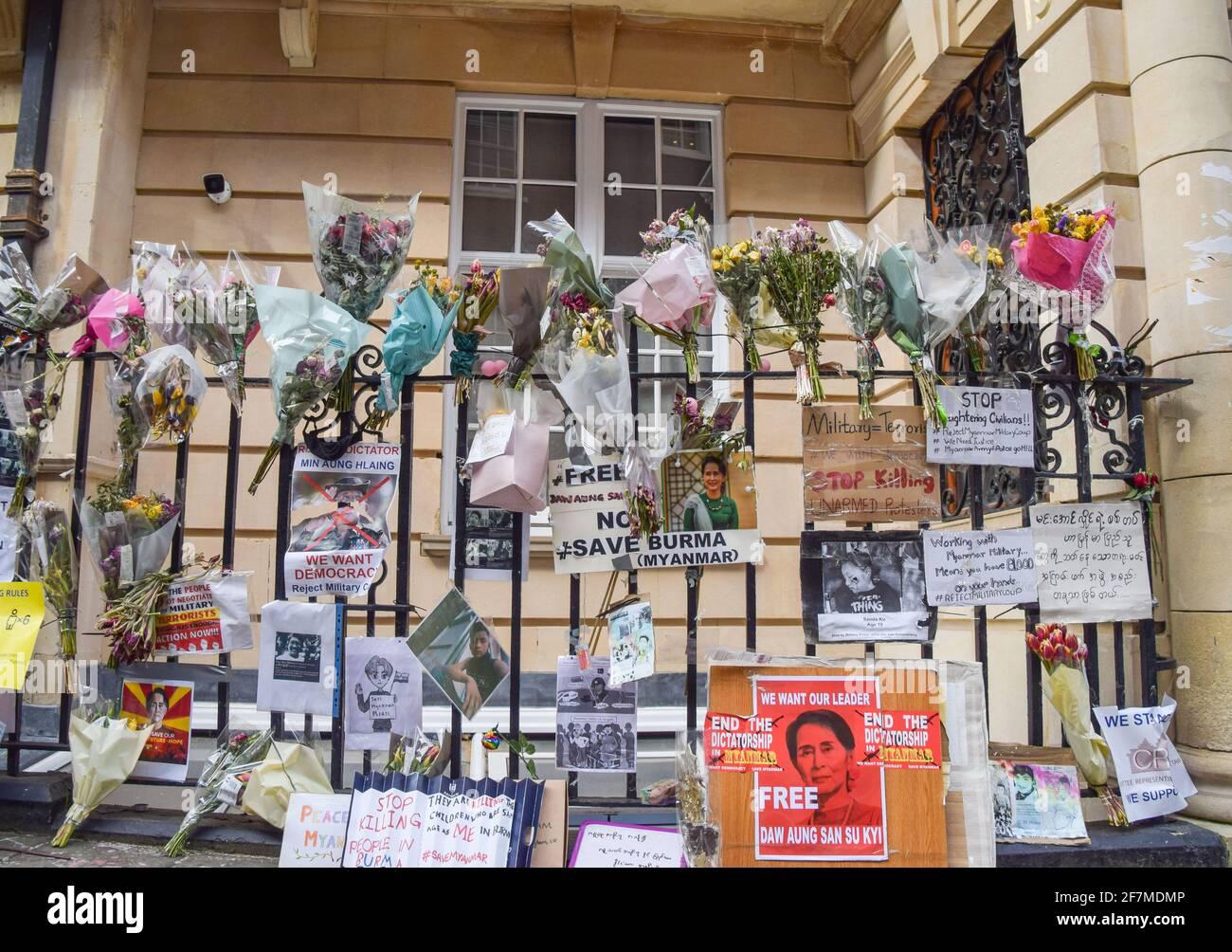 Londres, Royaume-Uni. 08 avril 2021. Fleurs et signes visibles à l'extérieur de l'ambassade du Myanmar à Londres.l'ambassadeur du Myanmar au Royaume-Uni, Kyaw Zwar Minn, a été enfermé hors de l'ambassade à Mayfair, qu'il a décrit comme un « coup d'État ». (Photo de Vuk Valcic/SOPA Images/Sipa USA) crédit: SIPA USA/Alay Live News Banque D'Images