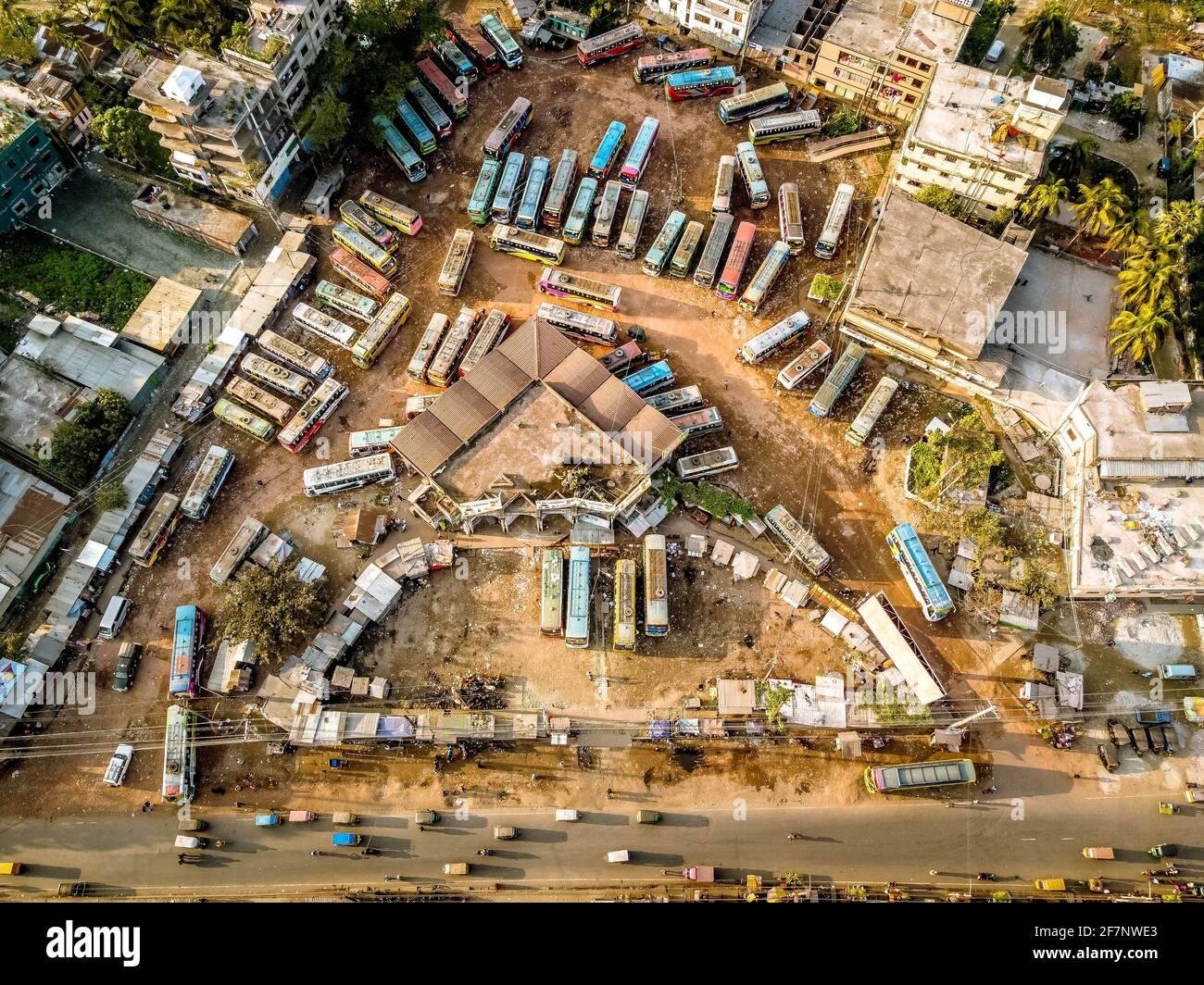Barishal, Barishal, Bangladesh. 9 avril 2021. Plusieurs bus sont garés à la gare routière centrale de Barisal, l'un des plus achalandés de la région sud du pays, au cours d'une semaine nationale Covid LockDown qui a commencé lundi Credit: Mustasinur Rahman Alvi/ZUMA Wire/Alamy Live News Banque D'Images