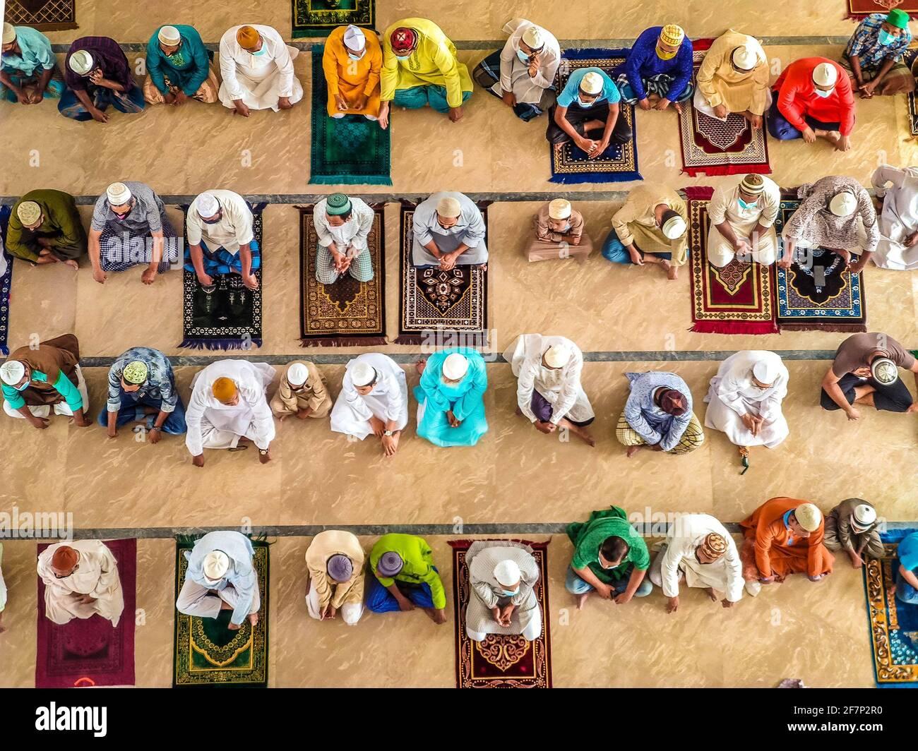 Barishal, Barishal, Bangladesh. 9 avril 2021. Malgré une situation de confinement au Bangladesh en raison de l'augmentation du nombre de patients Covid-19 chaque jour et de la hausse des décès au sommet, les gens ne maintiennent pas une distance sociale minimale pour prier leur prière musulmane Jummah dans une mosquée de la ville de Barishal. Crédit: Mustasinur Rahman Alvi/ZUMA Wire/Alamy Live News Banque D'Images