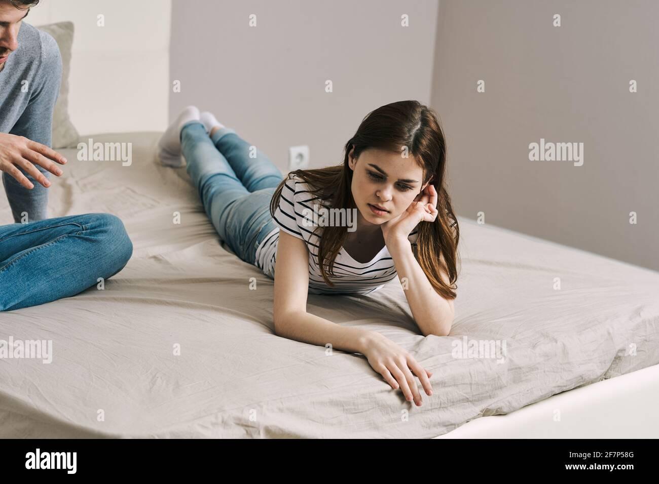 triste femme couché sur le lit à l'intérieur pleine croissance Banque D'Images