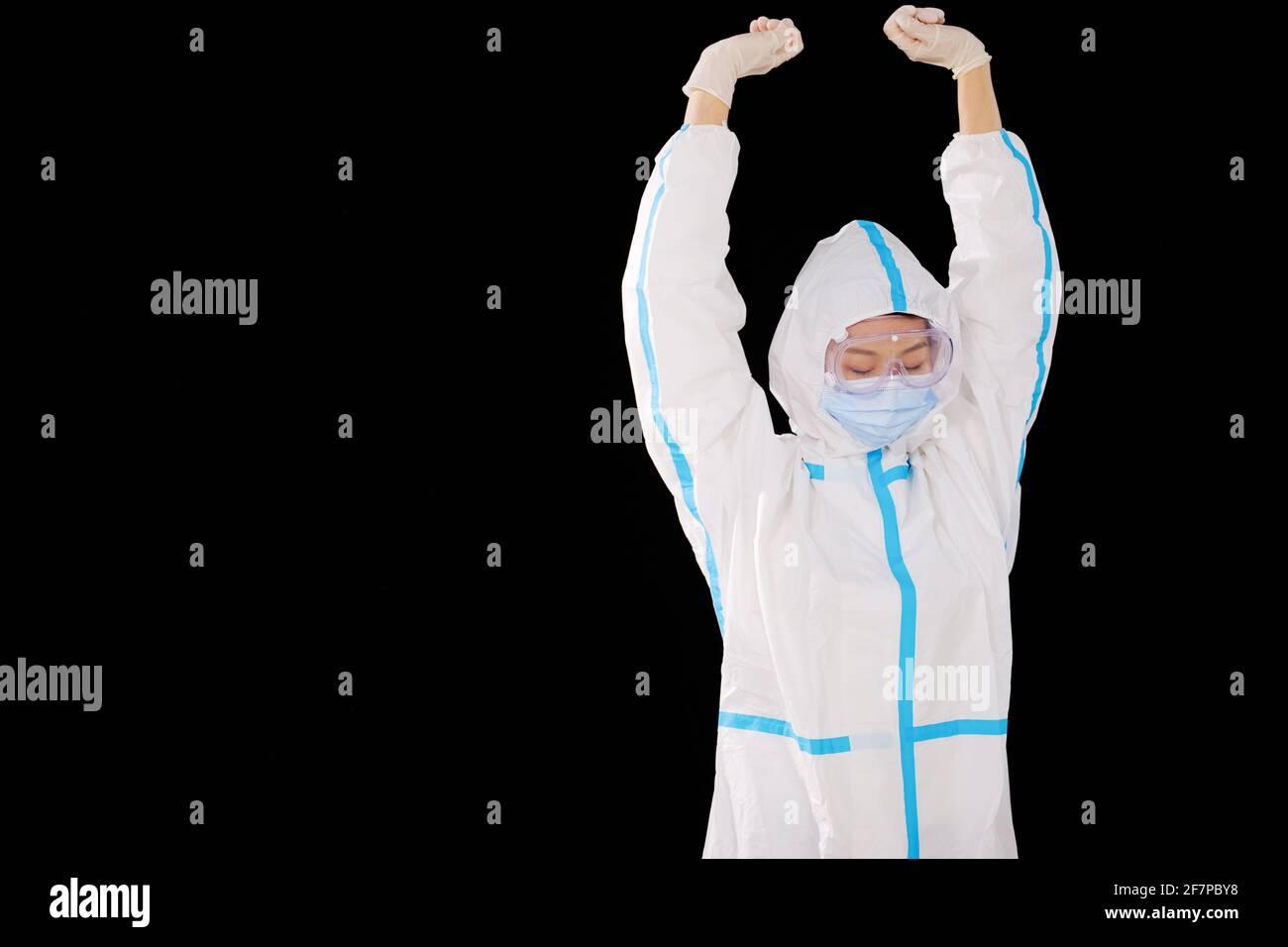 Une femme médecin en vêtements de protection médicale Banque D'Images