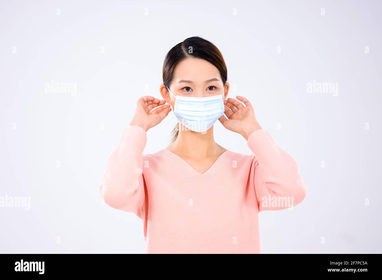 Une jeune femme portait un masque vue de face Banque D'Images