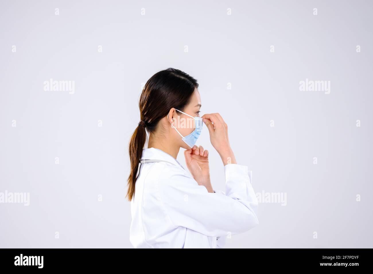 Une femme médecin portait un masque vue de côté Banque D'Images