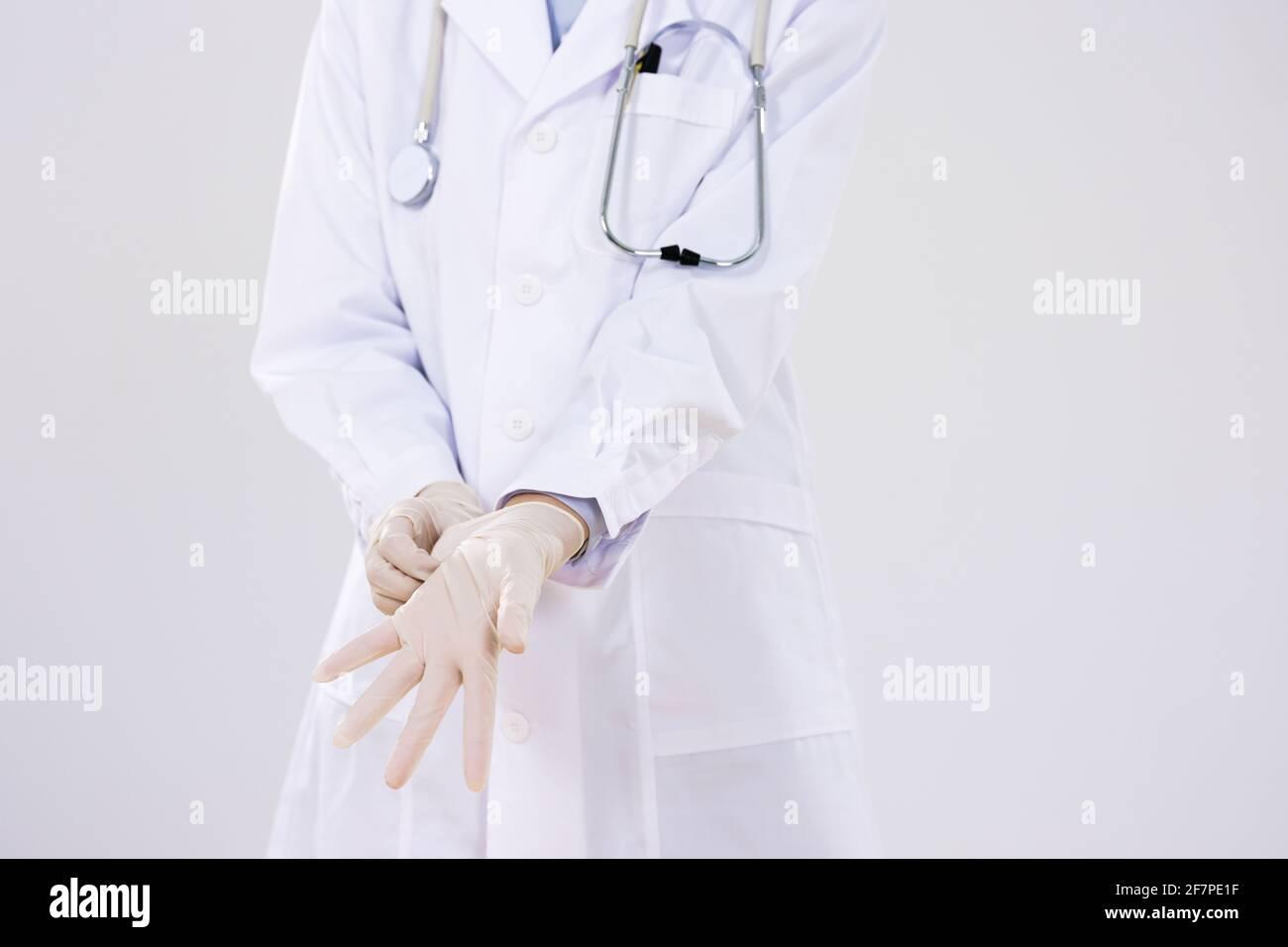 Gros plan d'une femme médecin portant des gants chirurgicaux Banque D'Images