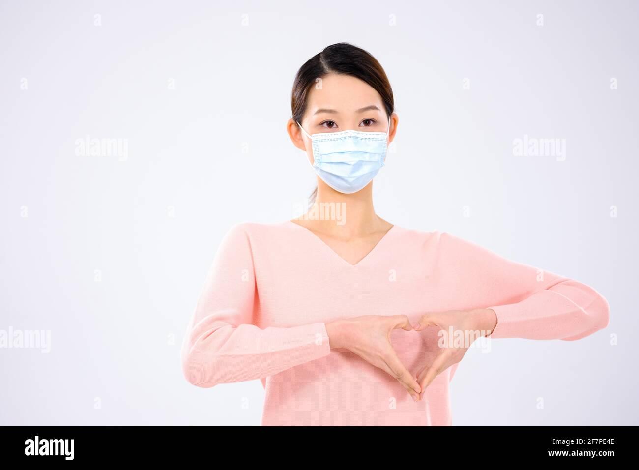 Une jeune femme portant un masque vue de face Banque D'Images