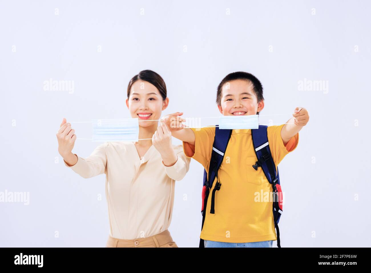 Maman et le petit garçon montrent le masque Banque D'Images