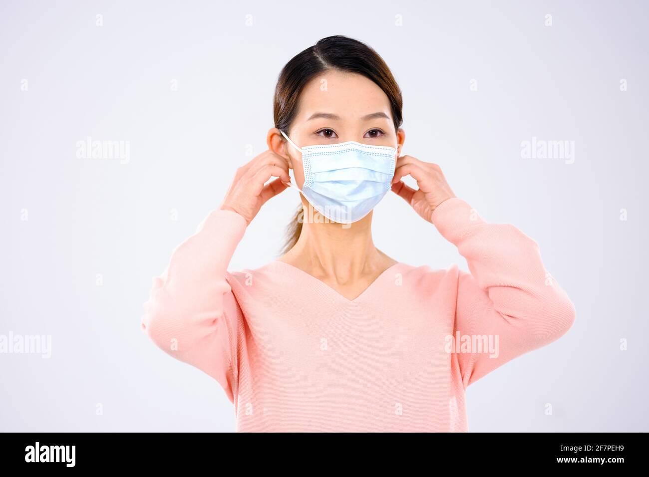 Une jeune femme portait un masque souriant Banque D'Images