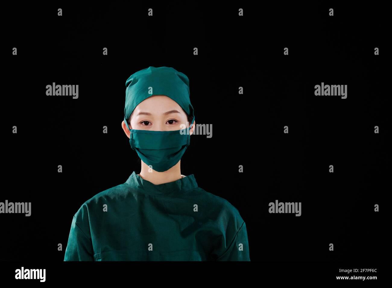 Portrait d'une jeune femme chirurgien regardant la caméra Banque D'Images