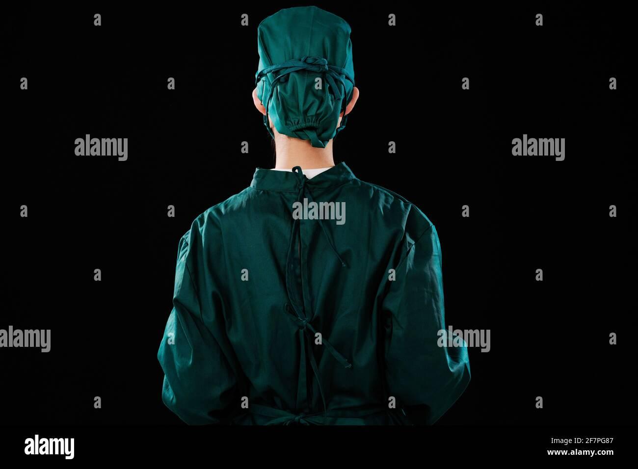Une jeune femme chirurgien portait une casquette chirurgicale Banque D'Images
