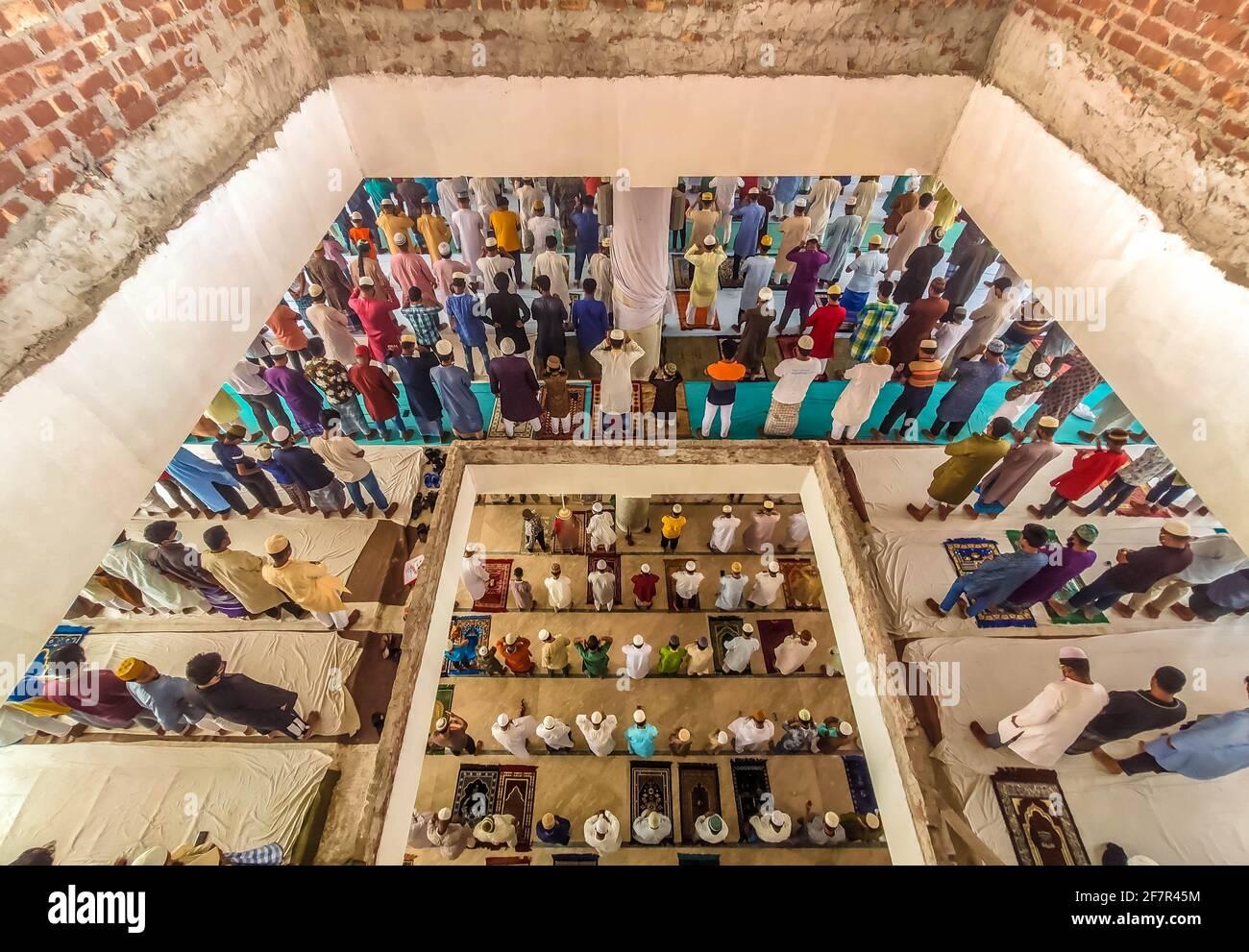 Barishal, Bangladesh. 9 avril 2021. Bien que la situation de confinement au Bangladesh soit due à une augmentation du nombre de patients Covid-19 et de décès chaque jour, les gens ne maintiennent pas une distance sociale minimale pour prier leur prière musulmane Jummah dans une mosquée de la ville de Barishal. Crédit: Mustasinur Rahman Alvi/ZUMA Wire/Alamy Live News Banque D'Images