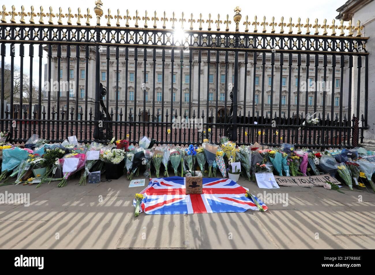 Londres, Royaume-Uni. 9 avril 2021. Hommages floraux rendus par les gens au Palais de Buckingham après l'annonce de la mort du prince Philip crédit: Paul Brown/Alay Live News Banque D'Images