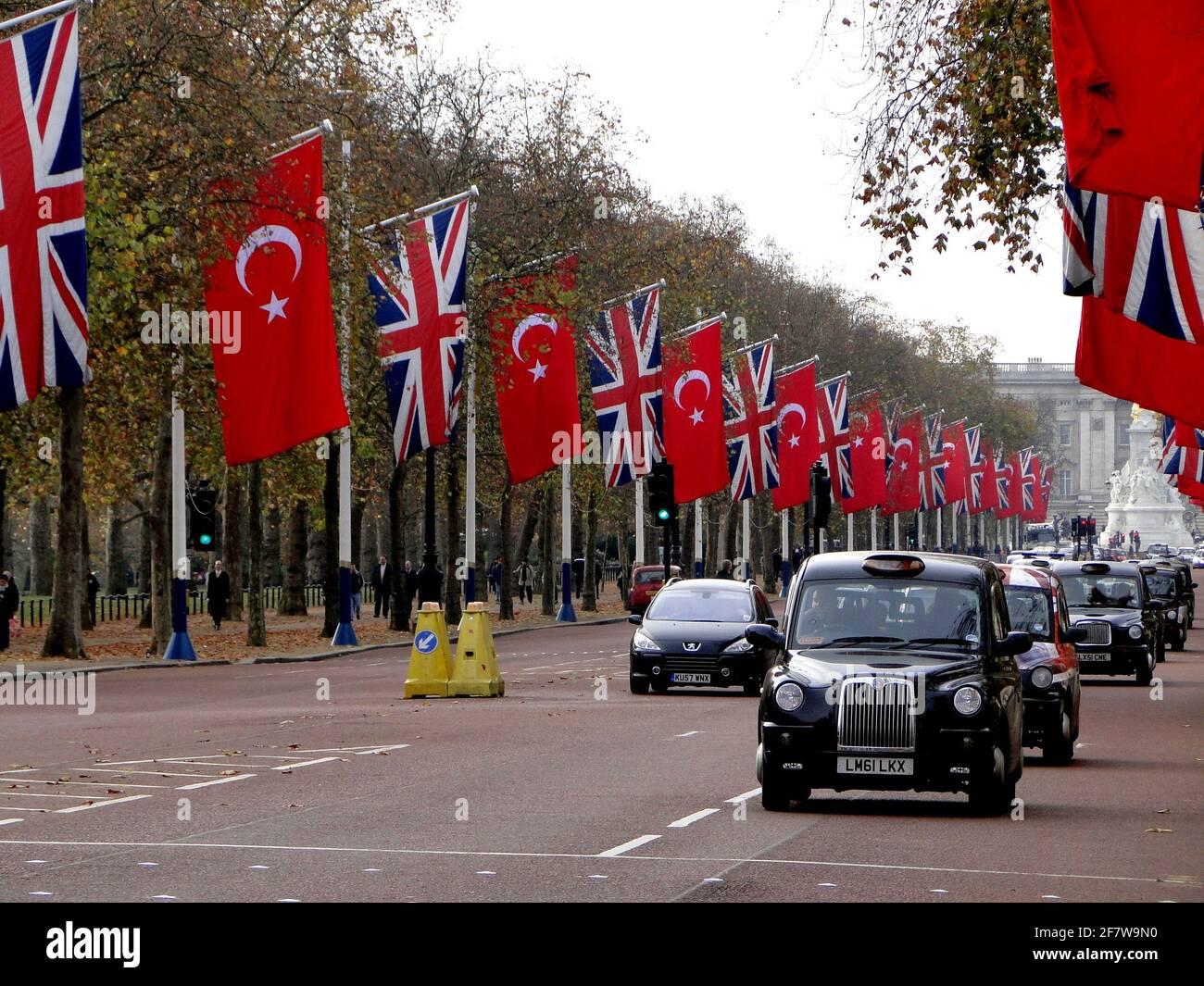 Le Mall décoré avec des drapeaux britanniques et turcs comme la Reine rencontre le président turc, Londres, Royaume-Uni Banque D'Images