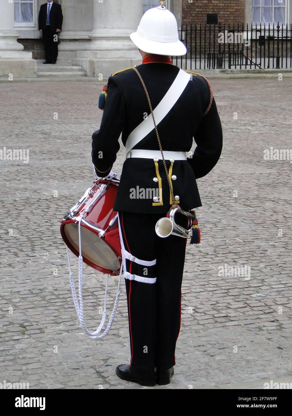 La Reine présente officiellement au duc d'Édimbourg le titre et le bureau de Lord High Admiral of the Navy à Whitehall, pour souligner son 90e anniversaire. Londres, Royaume-Uni Banque D'Images
