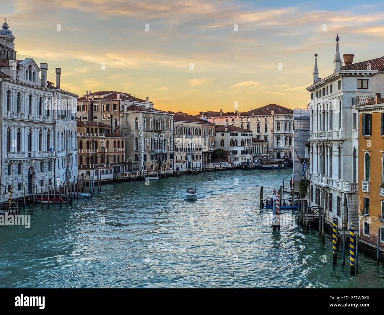 Vue sur le Grand Canal depuis le Ponte dell'Accademia à Venise, Italie. Un seul bateau sur l'eau Banque D'Images