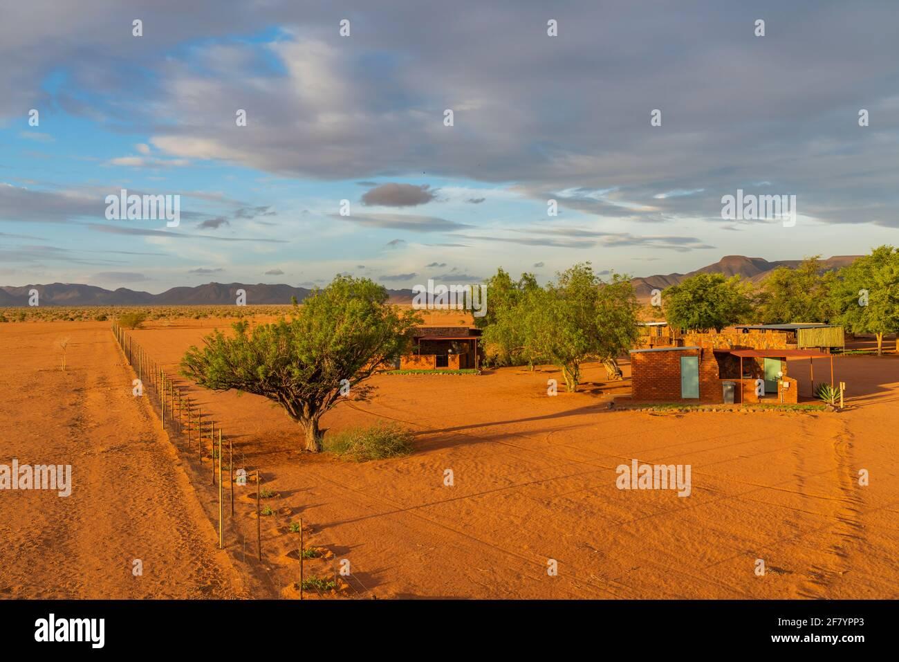 BETTA, NAMIBIE - JANVIER 05.2021: Betta Camping avec les bâtiments dans le désert de Kalahari pendant le coucher du soleil dans le parc national Namib Naukluft, Namibie Banque D'Images