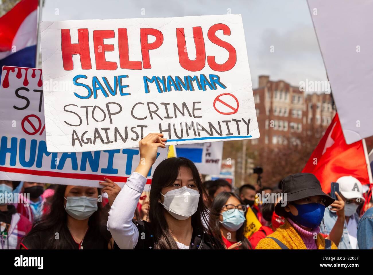Washington, DC, Etats-Unis, 10 avril 2021. En photo : une femme porte un panneau demandant l'aide du monde au Myanmar pour protester contre le récent coup d'État militaire. Crédit : Allison C Bailey/Alay Live News Banque D'Images