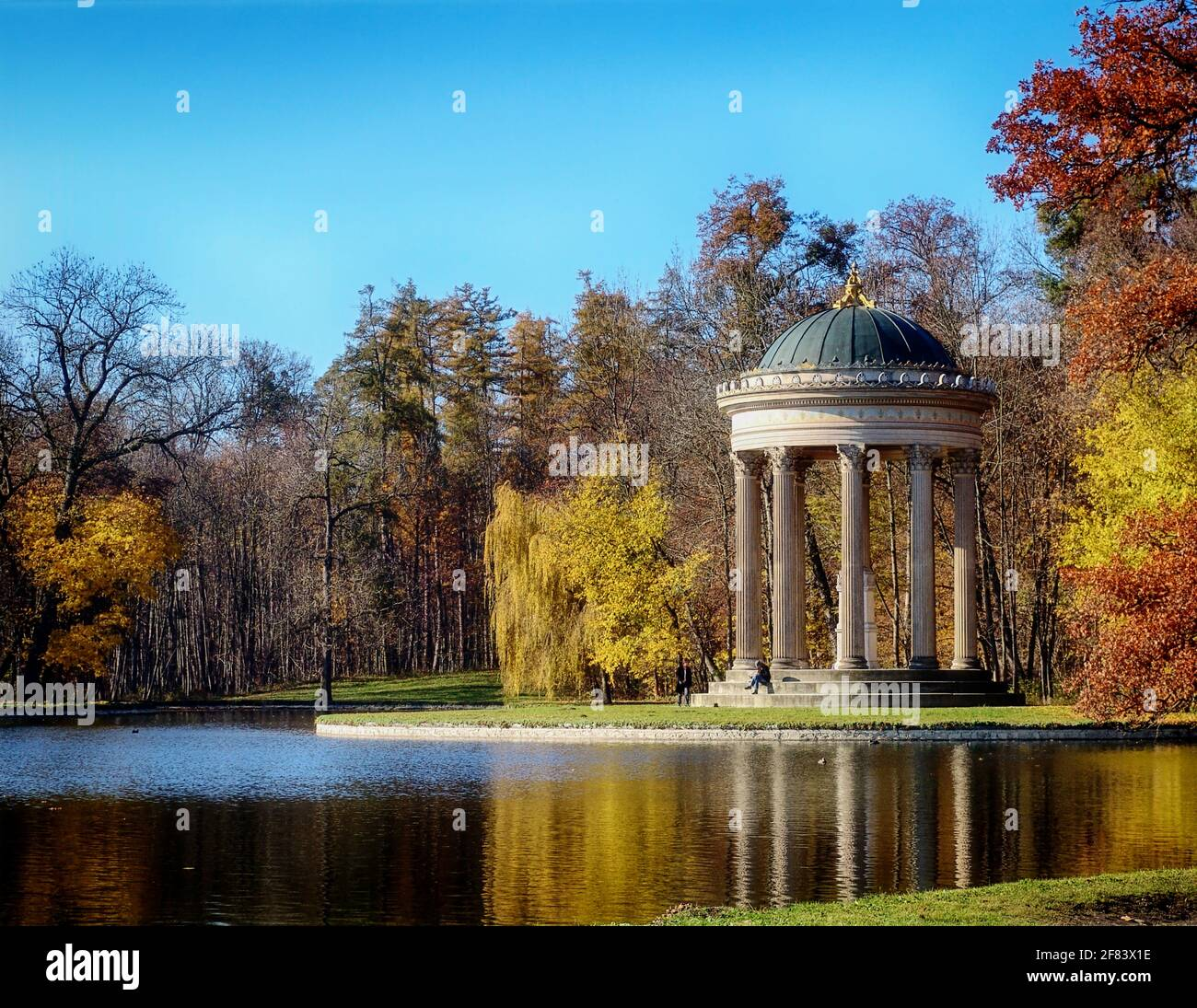 Munich, le parc du château de Nymphenburg résidence des rois bavarois : les monopteros, temple circulaire en marbre d'Apollon en automne, construit au XIXe siècle sur un p Banque D'Images