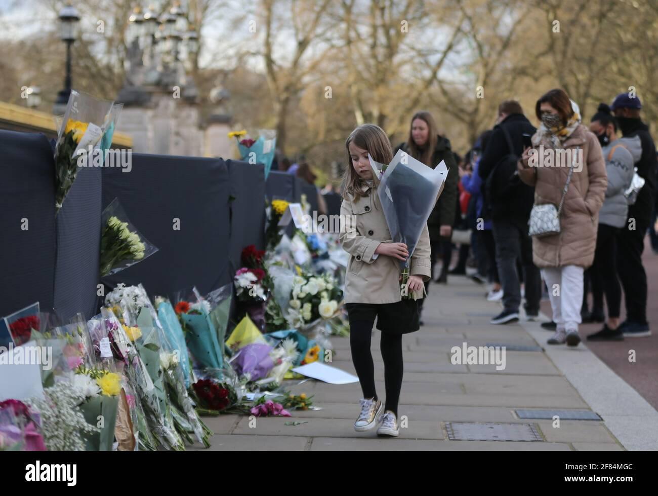 Londres, Angleterre, Royaume-Uni. 11 avril 2021. Eh bien=les wishers continuent de laisser des fleurs et des messages pour le prince Philip du duc d'Édimbourg devant Buckingham Palace malgré la demande de la famille royale de faire un don à la charité plutôt. Credit: Tayfun Salci/ZUMA Wire/Alay Live News Banque D'Images