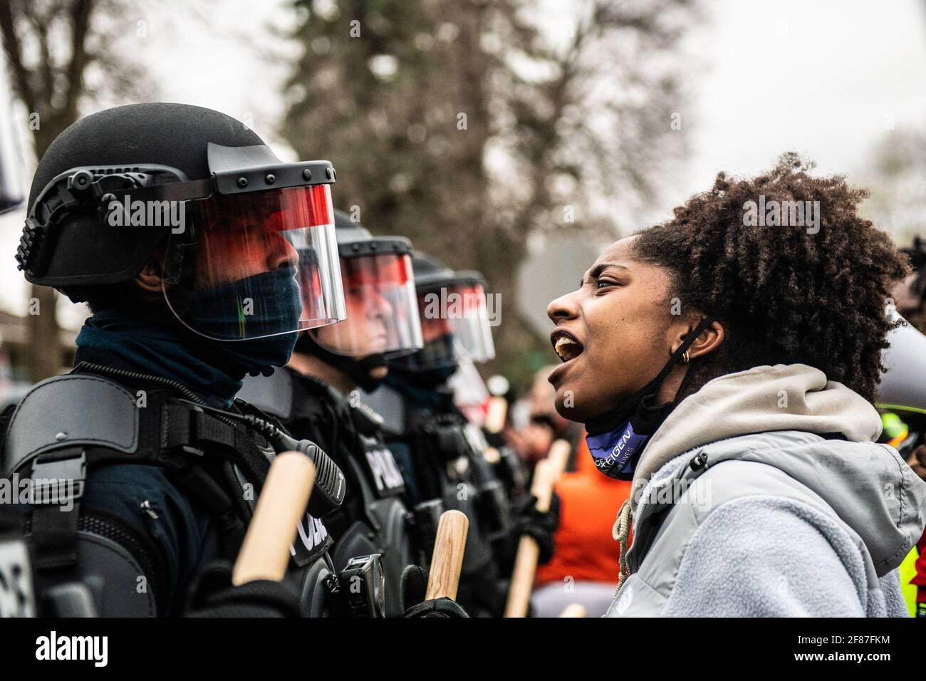 Brooklyn Center, Minnesota, le 11 avril 2021, les manifestants manifestent près de l'angle de Katherene Drive et de la 63e Avenue North le 11 avril 2021 à Brooklyn Center, Minnesota, après l'assassinat de Daunte Wright. Photo : Chris Tuite/ImageSPACE/MediaPunch Banque D'Images