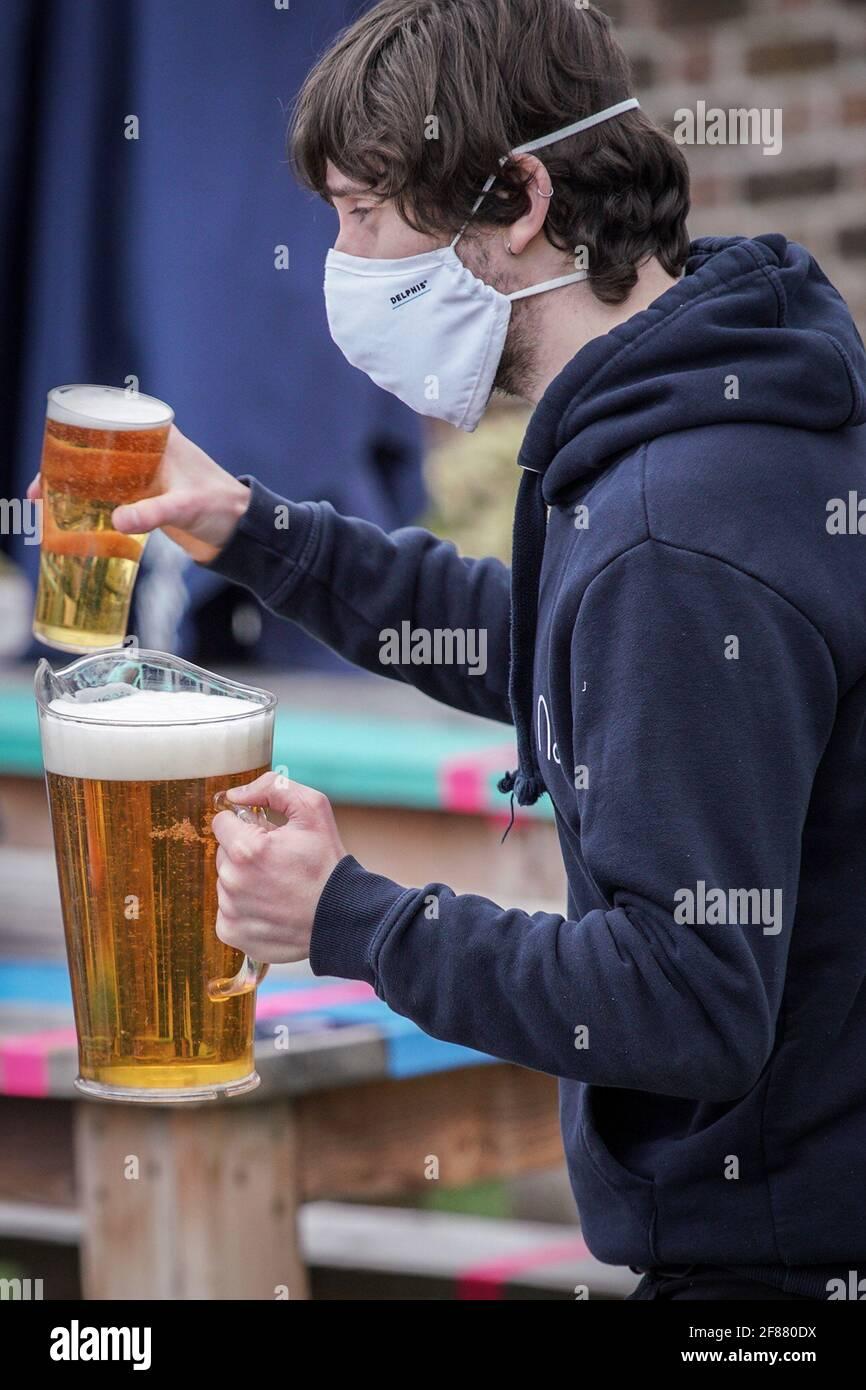 Londres, Royaume-Uni. 12 avril 2021. Détente : le plus grand bar extérieur de Londres sur le toit, le Skylight Rooftop, rouvre aujourd'hui dans le cadre de la levée continue des restrictions, y compris l'hospitalité en plein air. Credit: Guy Corbishley/Alamy Live News Banque D'Images