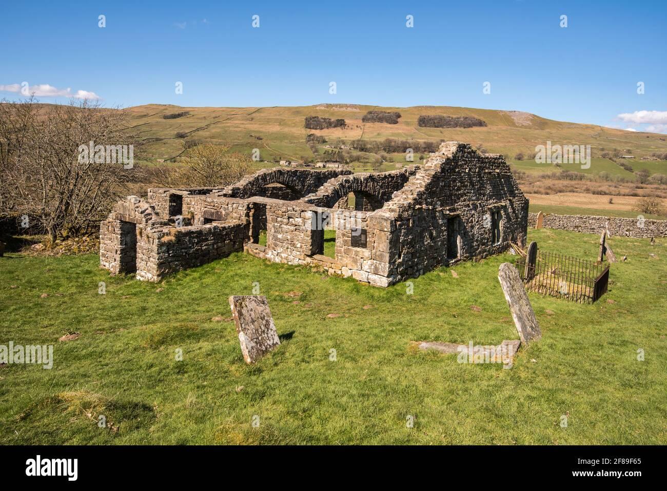 La ruine rudes de l'ancienne église de Busk Raydale Yorkshire Parc national de Dales, Angleterre Banque D'Images