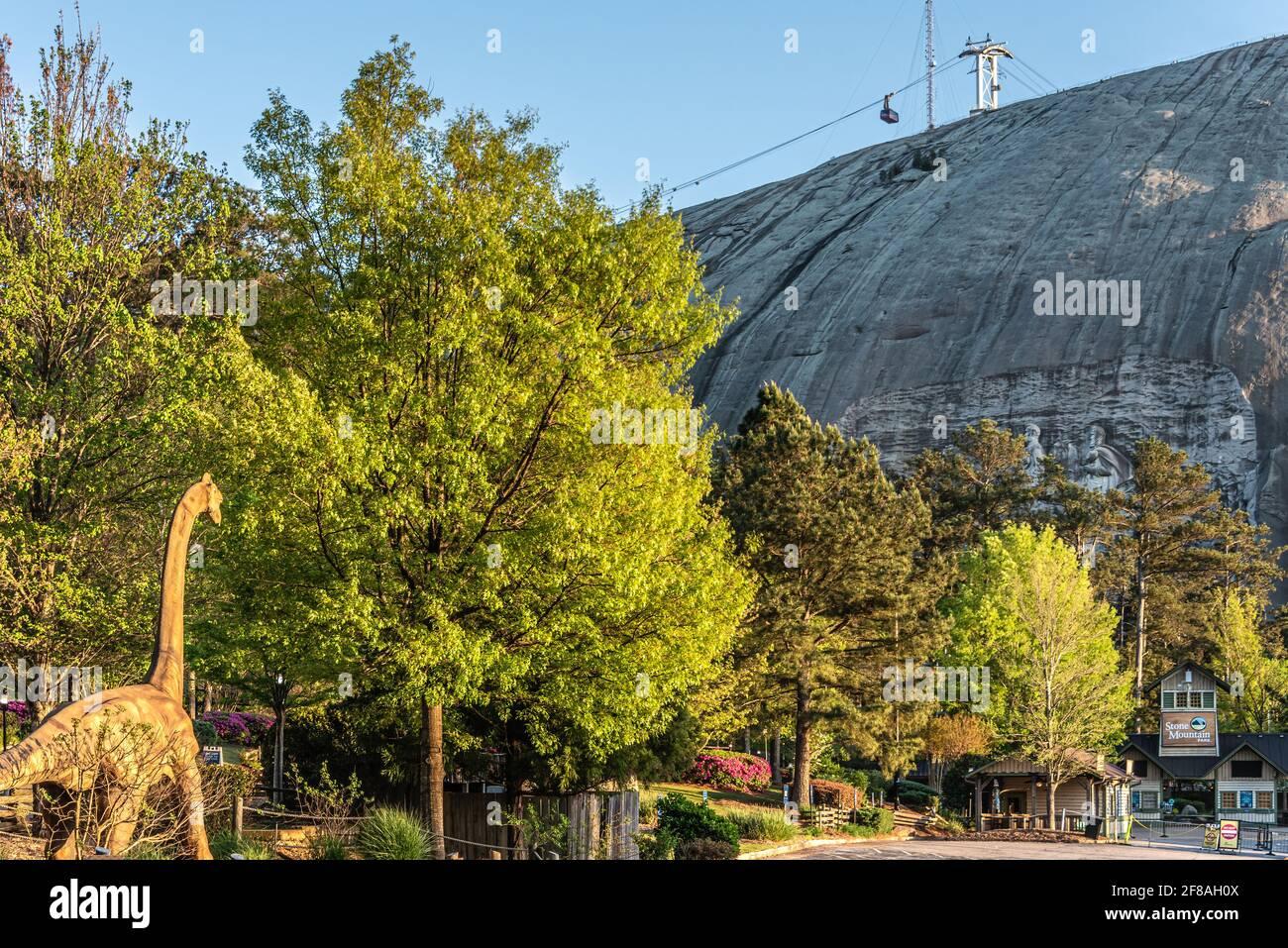 Stone Mountain Park avec Summit SkyRide, attractions Crossroads, Dinotorium et Confederate Memorial Carving à Atlanta, Géorgie. (ÉTATS-UNIS) Banque D'Images