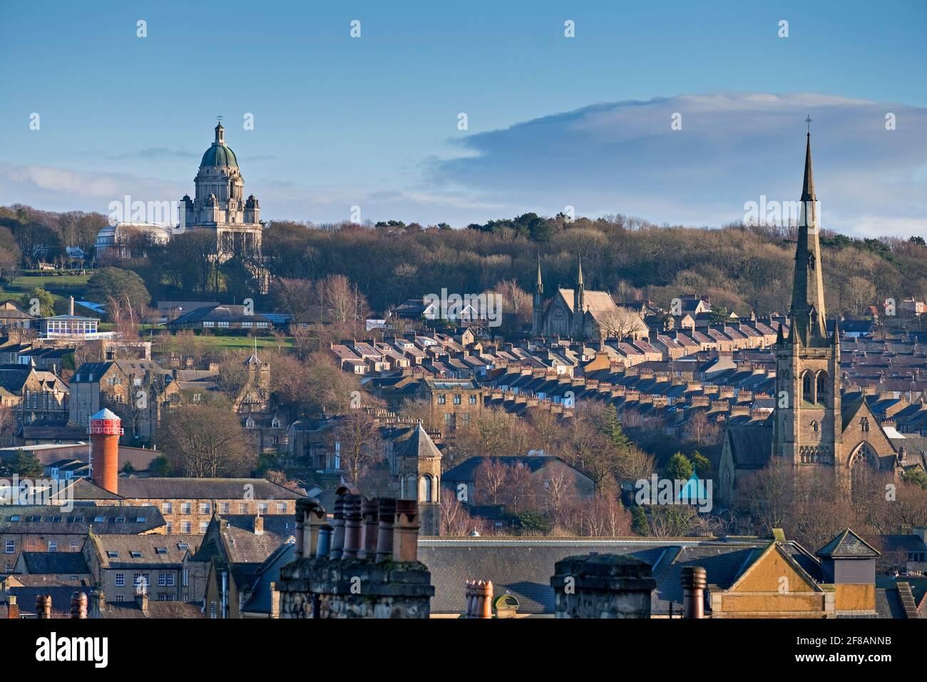 Vue sur la ville et la cathédrale et le mémorial Ashton. Lancaster Lancashire Royaume-Uni Banque D'Images