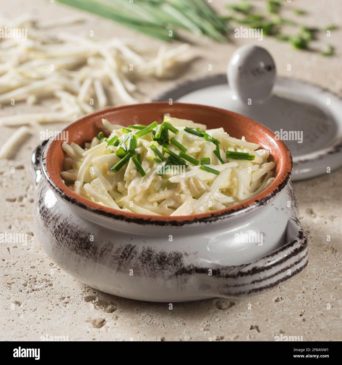 Rémoulade de céleri-rave. Salade de racines de céleri dans de la mayonnaise à la moutarde. Banque D'Images