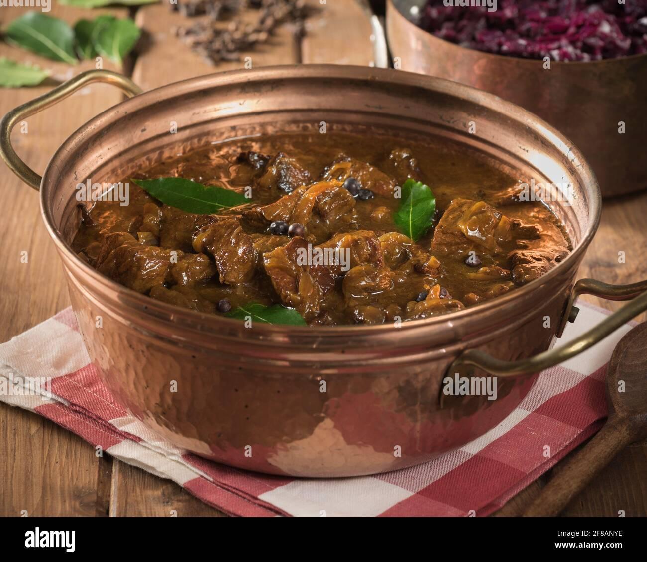 Haché. Ragoût de bœuf hollandais et d'oignon au chou rouge. Pays-Bas alimentation Banque D'Images