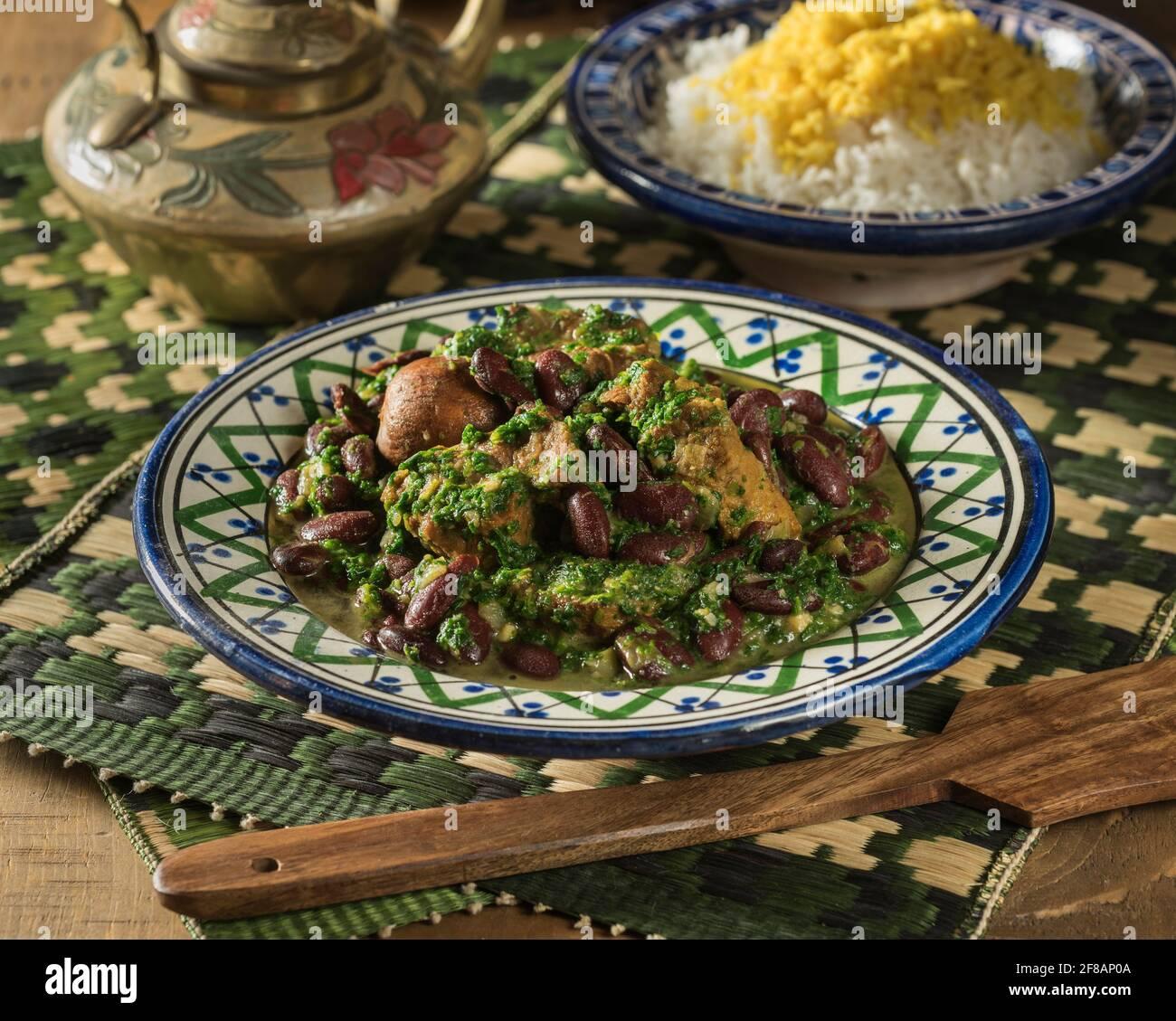 Khoresh ghormeh sabzi. Ragoût d'agneau et d'herbe iranien. Iran alimentation Banque D'Images