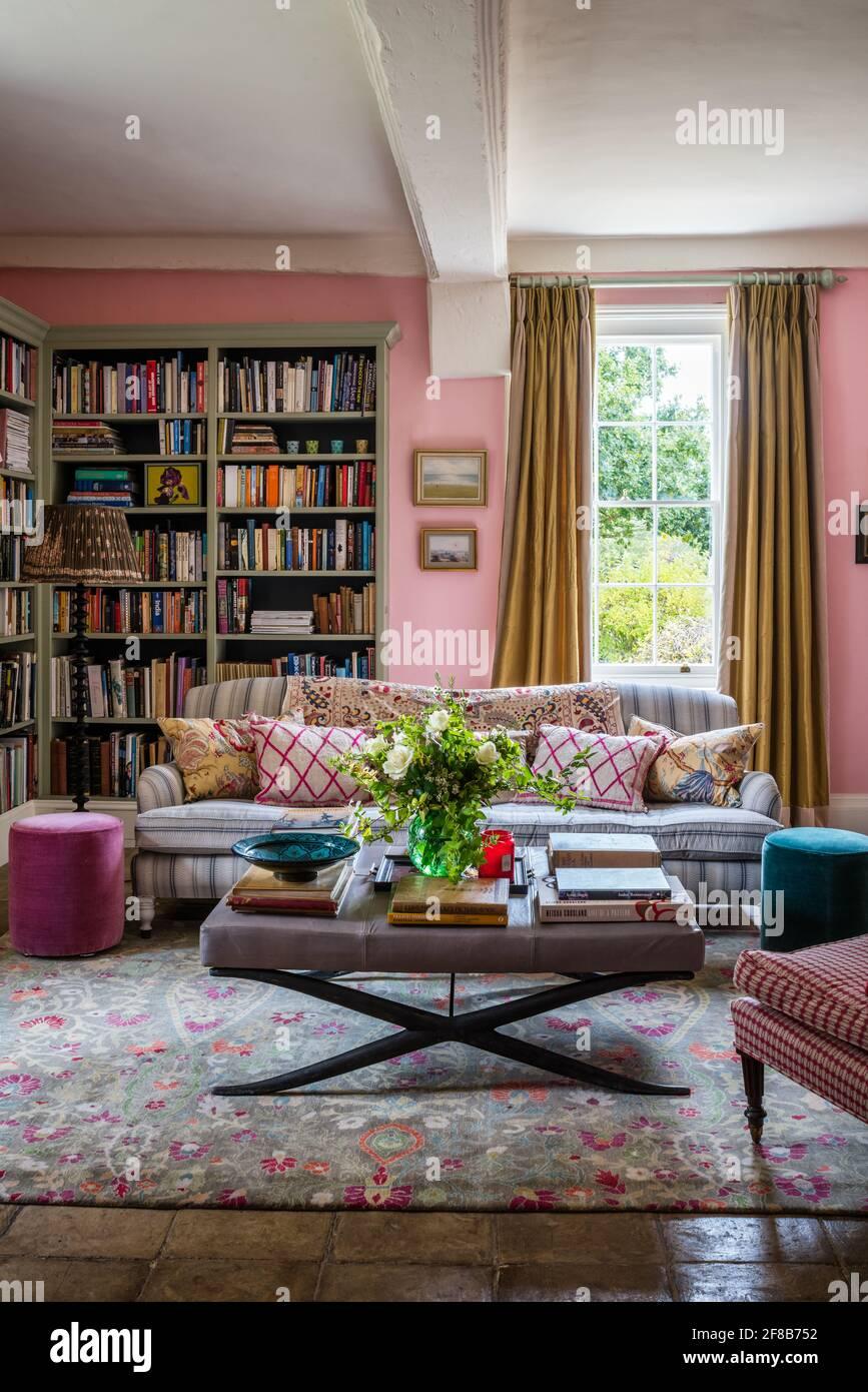 Bibliothèque sur mesure et canapé George Smith dans le salon de Ferme Suffolk avec murs en Squid Ink par Paint Library Londres Banque D'Images