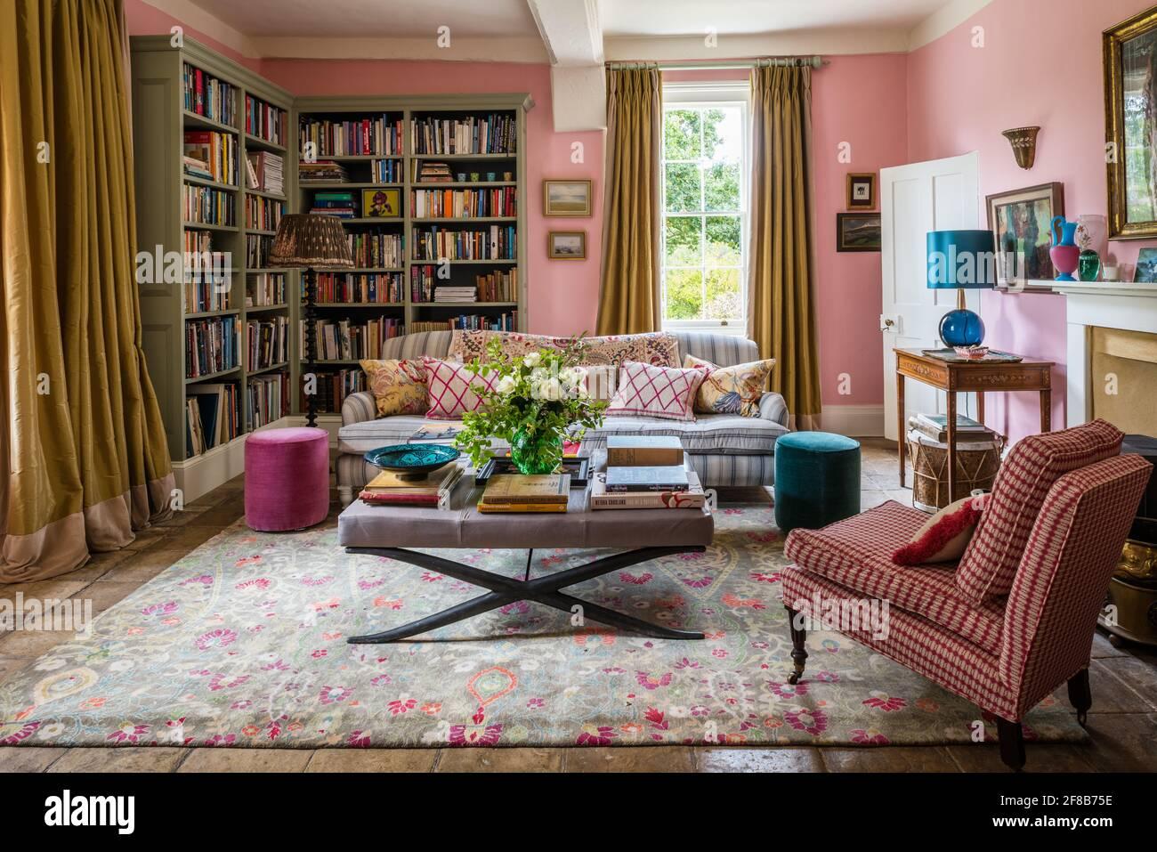George Smith canapé et rideaux d'or avec chaise capitonnée en tissu par Allegra Hicks dans le salon de la ferme Suffolk, murs en Squid Ink par la douleur Banque D'Images