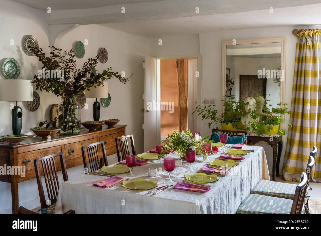 Table pour huit dans la salle à manger avec des murs dans 'Clean White', Grade II de la ferme, Suffolk Banque D'Images